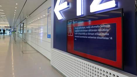 Karanteeniopastus Helsinki-Vantaan lentokentällä perjantaina.