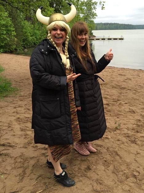 Kesä 2015. Kohtuuttomuuksia-sarjassa Elina ja sarjan käsikirjoittanut Tiina Lymi näyttelivät lätkävaimoja. Ystävät ovat tehneet usein töitä yhdessä.