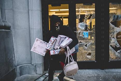 Mellakoitsijat rikkoivat kauppojen ikkunoita ja osa päätyi varastamaan tavaroita lauantaina Chicagossa.
