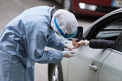 Vasta-ainetestejä voidaan tehdä esimerkiksi sormenpäästä otettavasta verinäytteestä.