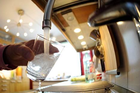 Vesi on oivallinen ruokajuoma.