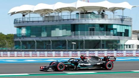 Valtteri Bottas oli nopein perjantain ensimmäisissä harjoituksissa Silverstonen tutulla radalla.