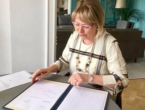 Suomen EU-edustuston päällikkö, suurlähettiläs Marja Rislakki allekirjoitti Suomen puolesta liittymissopimuksen EU:n yhteishankintamekanismiin 27. maaliskuuta 2020.
