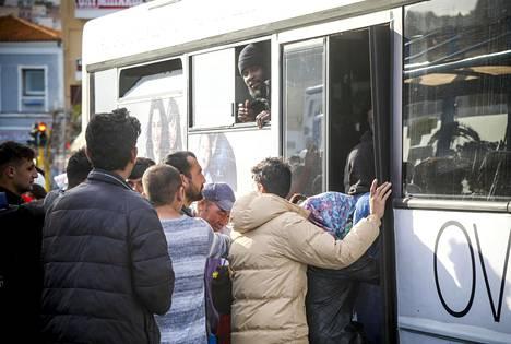Bussit kuljettavat laivoihin pyrkineet pakolaiset takaisin Moriaan.