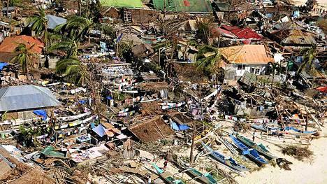 Myrskytuulet puhalsivat 275 kilometriä tunnissa. Taloja tuhoutui Leyten lisäksi myös muilla alueilla (kuvassa myrskytuhoja Iloilon maakunnasta).