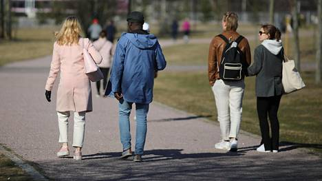 Ulkoilijat nauttivat lämmöstä Helsingissä.