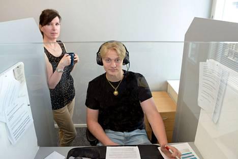 Puhelinmyyjät Asta Koskela ja Kasper Hornborg ovat pitäneet töistään.