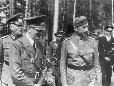 Satu kertoo, että kun Hitler yllättäen saapui 1942 Mannerheimin syntymäpäiville, hänen seurueessaan olisi ollut mukana Mannerheimin 15-vuotias pojanpoika.