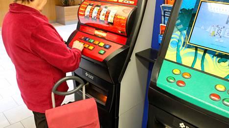 Moni eläkeläinen kärsii peliriippuvuudesta.