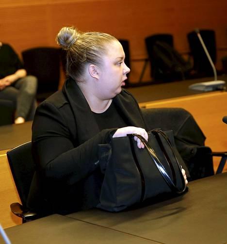 Henna Kalinainen käräjäoikeudessa pahoinpitelystä toukokuussa 2018.