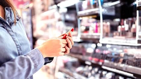 Värien rohkeamman kokeilun voi aloittaa vaikkapa huulipunasta. Meikkivoiteen sävyn valintaan taas auttaa parhaiten yksi neuvo.