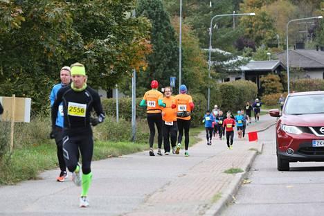Takaperinjuoksijat saivat huomiota Vantaan maratonilla.