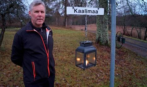 Kynttilä riittää katuvaloksi vanhan Sortavalan maantien varrelle, joka halkoo Maija ja Tapio Kaalimaan tilan pihapiiriä Kiteen Välivaarassa.
