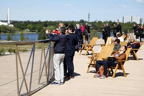 Oodin terassilta on hyvät näköalat Töölönlahden ympäristöön. Kuva toukokuulta 2019 eli ajalta ennen koronaepidemiaa.
