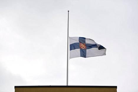 Puolustusvoimat suruliputti viimeisen Mannerheim-ristin ritarin Tuomas Gerdtin muistoksi Pääesikunnassa Helsingissä 2. marraskuuta 2020.