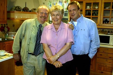 Jarmo Koski, Maija-Liisa Peuhu ja Esko Kovero eli Seppo ja Ulla Taalasmaa ja Ismo Laitela vuonna 2004.