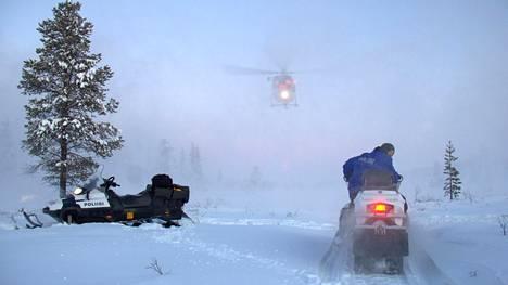 Lapin poliisi julkaisi viikonloppuna kuvan epäillyn etsinnöistä, joihin osallistui myös Rajavartiolaitoksen helikopteri.