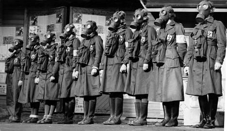 YH eli ylimääräinen harjoitus. Yhdeksänhenkinen naisista kokoonpantu talon suojeluryhmä. Julk. 21.10.1939.