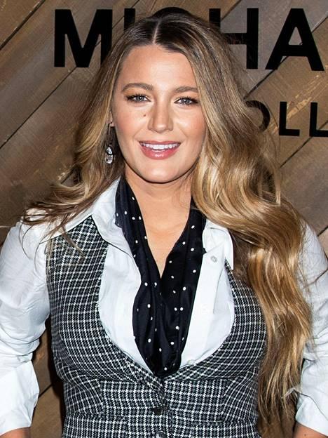 Kun miettii näyttelijä Blake Livelya, nousee päällimmäiseksi mielikuva naisesta blondina. Todellisuudessa Blakella on ollut jo useamman vuoden tumma tyvi, joka vaihtuu pituuksissa hunajablondiksi.