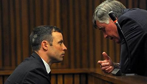Oscar Pistorius keskusteli yhden asianajajansa kanssa oikeuden tauolla maanantaina.