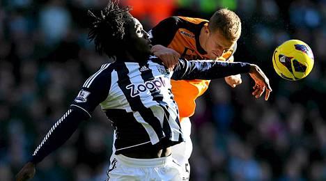 West Bromwichin Romelu Lukaku (etualalla) ja Fulhamin Brede Hangeland kävivät tiukkaa taistelua pääpallosta.