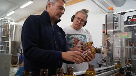 Olaf Brewingin tavaramerkki on hyvän oluen lisäksi ollut alusta alkaen vanhan yskänlääkepullon näköinen lasipullo. Se on erottunut muista. Keväällä panimolla pakattiin pulloihin käsidesiä, nyt taas olutta. Veljekset, toimitusjohtaja Petteri Vänttinen (vas.) ja olutmestari Santeri Vänttinen ovat miehet pienpanimon menestyksen takana.