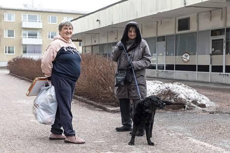 Kaija ja Sirkka-Liisa vaihtoivat kuulumisia Puotilan ostoskeskusken takana. Kaija oli viemässä roskia ja Sirkka-Liisa ulkoiluttamassa Jade-koiraa.