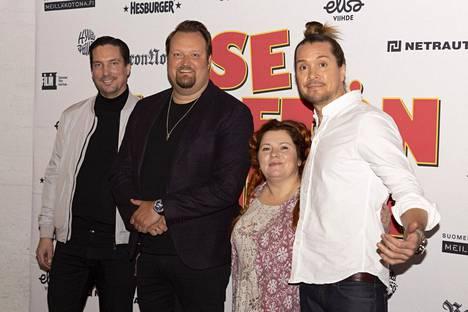 Ohjaaja Taneli Mustonen (oik), tuottaja Aleksi Hyvärinen (vas) sekä näyttelijät Sami Hedberg ja Kiti Kokkonen.