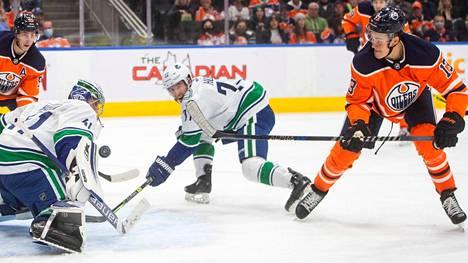Jesse Puljujärvi (oik.) pääsee unelmaketjuun NHL-kauden avauksessa.