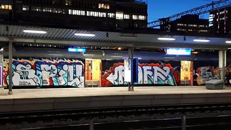 Uuden maalipinnan saanut juna bongattiin aamulla Pasilan asemalla.