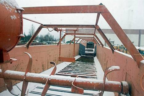 Paakunmurtajan jälkeen lumi liikkuu kuljettimella vaunun takaosaan. Periaate on tässä kohdin kuin takaperin toimivassa lannanlevitysvaunussa.