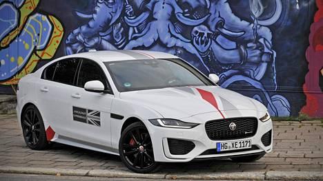 XE:n ilmanvastuskerroin on erinomainen, vaikka keulan ilme on aidointa, rohkean pysähdyttävää Jaguaria.
