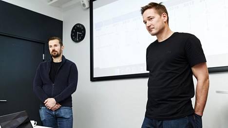 Supercell-peliyhtiön suurosakkaat Ilkka Paananen (oik) ja Mikko Kodisoja tapasivat tiedotusvälineitä Supercellin tiloissa.