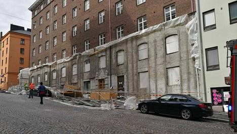 Kuusi metriä korkeat terästelineet romahtivat alas Helsingissä – tuuli aiheuttanut vahinkoja pitkin päivää