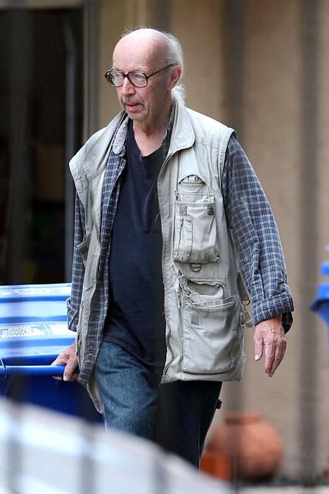 Mies on kuvattu vaeltelemassa kaduilla hieman nuhjuisen näköisenä.