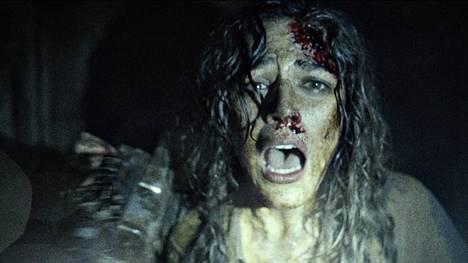 Lisa (Callie Hernandez) kokee kovia metsän siimeksessä.