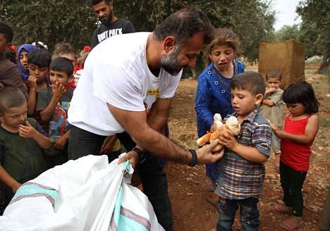 Lelujen jakamisen lisäksi Adham kertoo jakaneensa kärsiville perheille paaston päättymisaterioita yhdessä paikallisten avustajien kanssa.