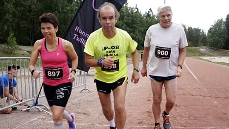 Ritva Vallivaara-Pasto, Tage Lemström ja Kalevi Saukkonen saavat uudenvuodenaattona päätökseen vuoden 2014 valtavan urakkansa.