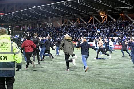 Fanit ryntäsivät kentälle, kun Suomen kisapaikka varmistui.