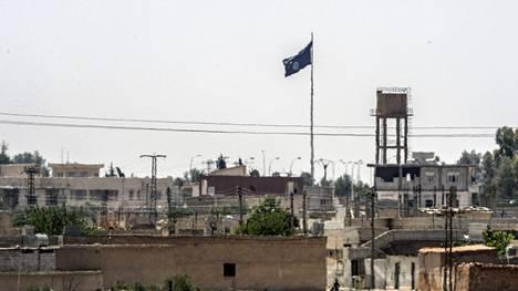 Isis-äärijärjestön lippu kuvattiin liehumassa Syyrian Tal Abyadin kaupungissa kesäkuun puolivälissä. Kuva on otettu Turkin puolelta.