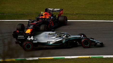Lewis Hamilton tuhosi Brasilian GP:n viimeisellä kierroksella Red Bullin Alexander Albonin kisan.
