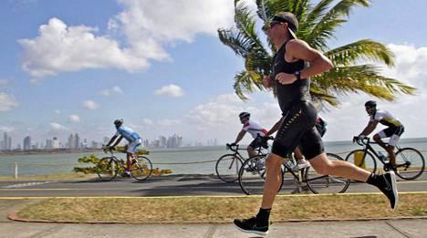 Lance Armstrong harrastaa nykyisin muun muassa triathloneita.