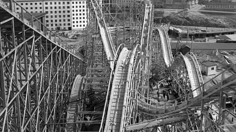 Linnanmäen suosituin laite, klassinen Vuoristorata täyttää 65 vuotta. Kuvassa vuoristorataa rakennetaan vuonna 1951.