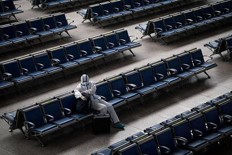 Tiukkoja rajoitustoimia on jo purettu Wuhanissa. Rautatieasema näytti silti autiolta 2. toukokuuta.