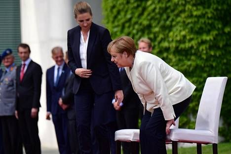Torstaina Merkel kuunteli kansallishymnit Tanskan pääministerin Mette Fredriksenin rinnalla tuolilta.