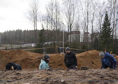 Arkeologian opiskelijat Eveliina Vanhala, Enni Lappela Aleksi Stenberg ja Tiina Timperi ovat tehneet jopa kymmenentuntisia päiviä kaivauksella, jotta paikka saadaan tutkittua.