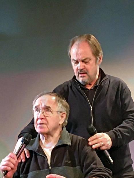 Markku Huhtamo ja Juhani Laitala ehtivät esittää vain kaksi kertaa Kaj meitä laulattaa -esityksensä. Maaliskuun 12. päivän esityksen jälkeen he sairastuivat vakavasti.
