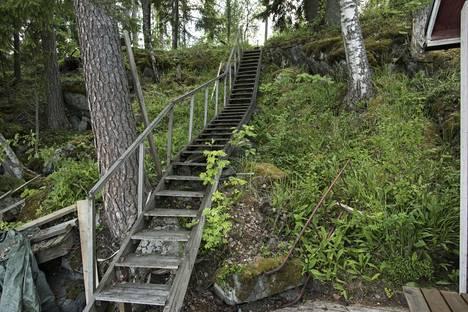 Rantaan johtavat portaat olivat ennen vanhat ja turvattomat.