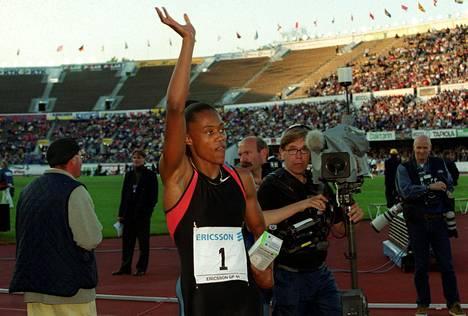 Sittemmin lokaan vedetty Marion Jones heilutti 1999 koko matkan Olympiastadionilta pankkiin. 100 000 dollarin starttirahaa isompaa ei Suomessa ole koskaan yleisurheilijalle maksettu.