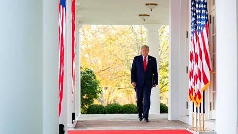 Presidentti Donald Trump Valkoisessa talossa 13. marraskuuta. Samana päivänä osa kampanjaväestä alkoi jo luovuttaa oikeustakaiskujen takia, mutta Trump päätti nostaa salaliittoteorioita viljelleen Rudy Giulianin roolia.